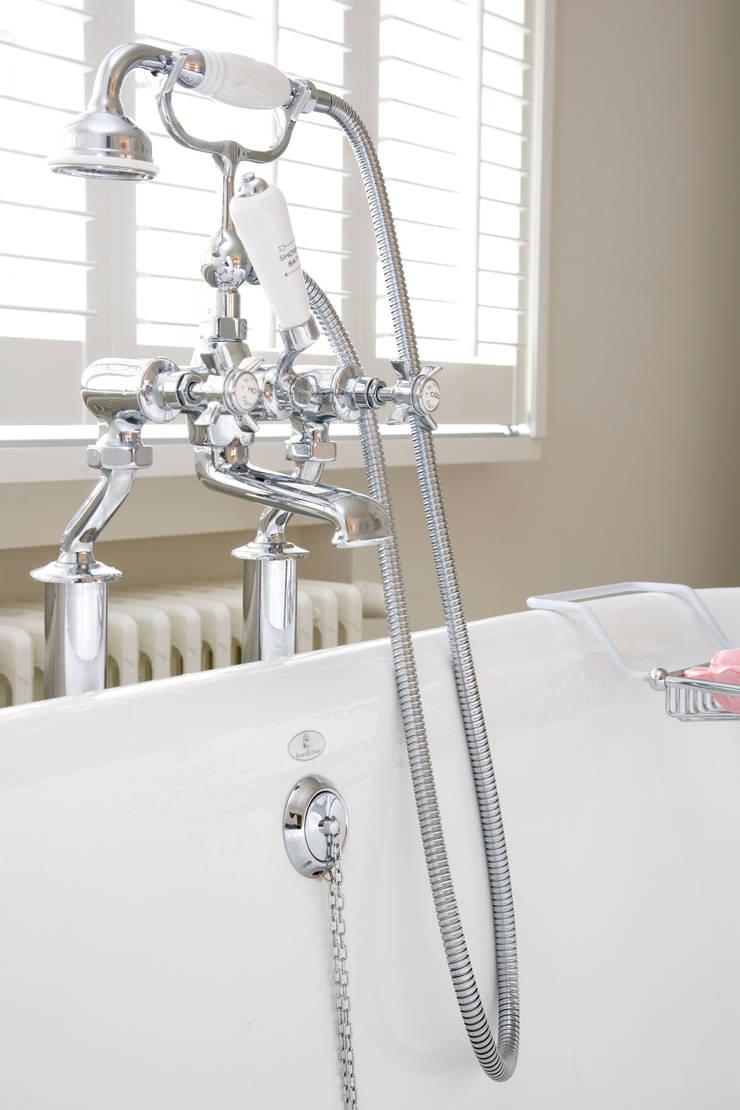 Landelijke hedendaagse badkamer:  Badkamer door Taps&Baths