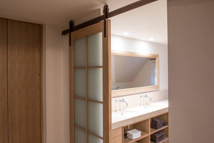 Kenny&Mason Classic contemporary bathroom:  Badkamer door Kenny&Mason