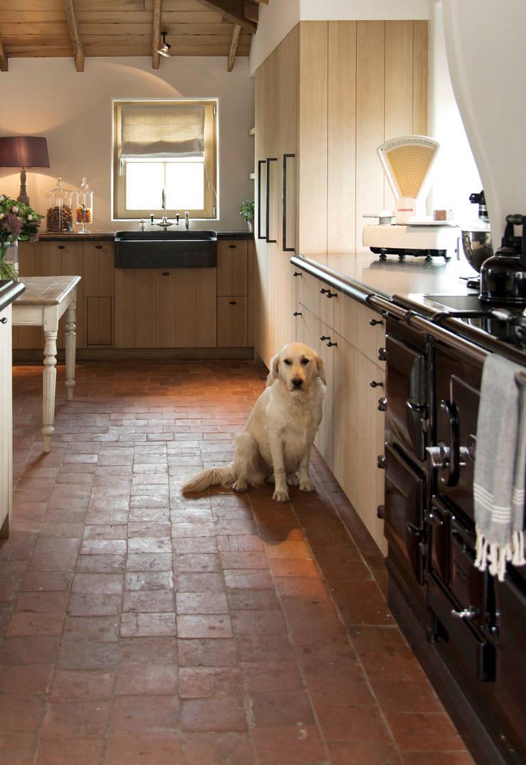 Landelijke keuken met Kenny&Mason kraanwerk:  Keuken door Taps&Baths