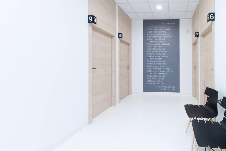 Przychodnia medyczna Med Polonia: styl , w kategorii Kliniki zaprojektowany przez Kraupe Studio