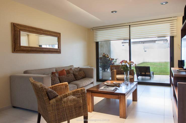 Salas de estar modernas por Estudio Alvarez Angiono