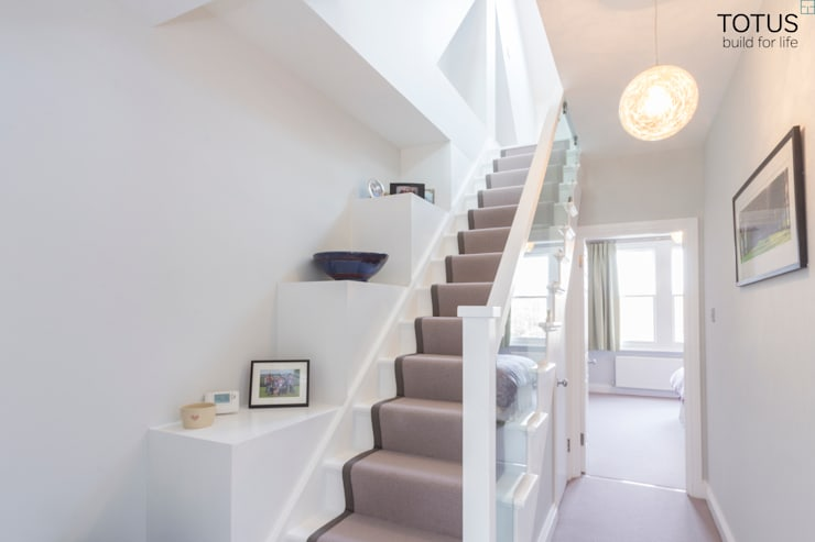 Loft conversion and house remodelling in Wimbledon:  Corridor & hallway by TOTUS