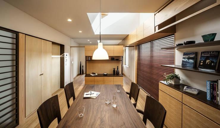 Sa HAUS 居間: 青木伸江建築研究所が手掛けたダイニングです。