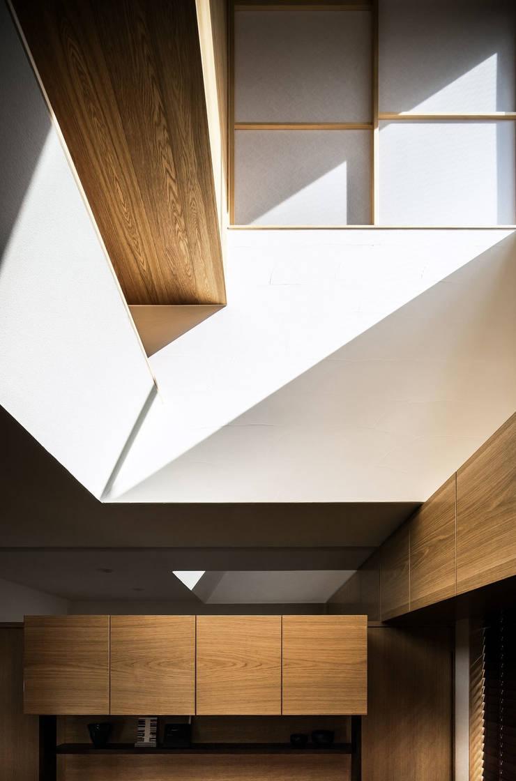 Sa HAUS 吹抜け: 青木伸江建築研究所が手掛けたリビングです。