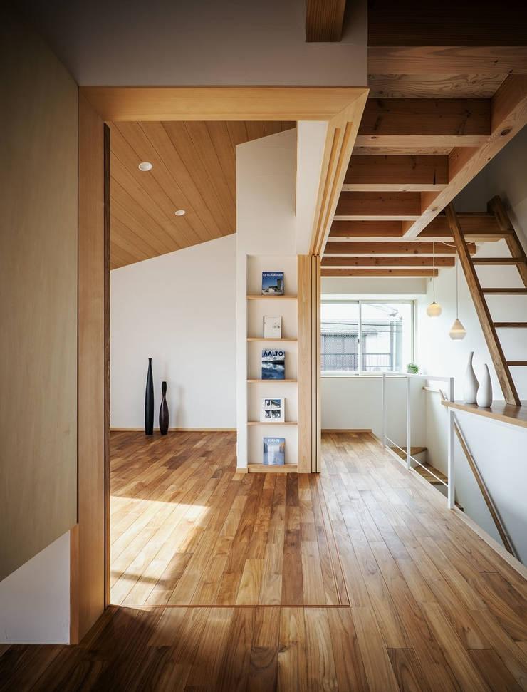 Sa HAUS 廊下とつながるアトリエ: 青木伸江建築研究所が手掛けた書斎です。