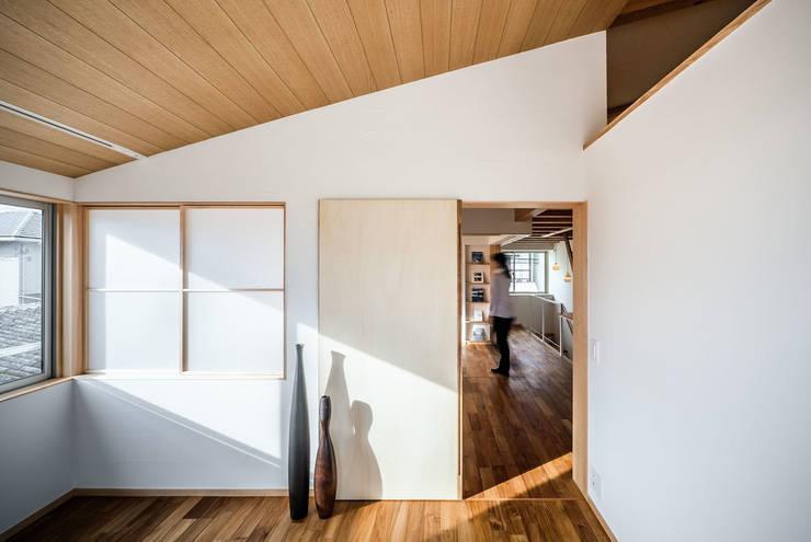 Sa HAUS 寝室: 青木伸江建築研究所が手掛けた寝室です。