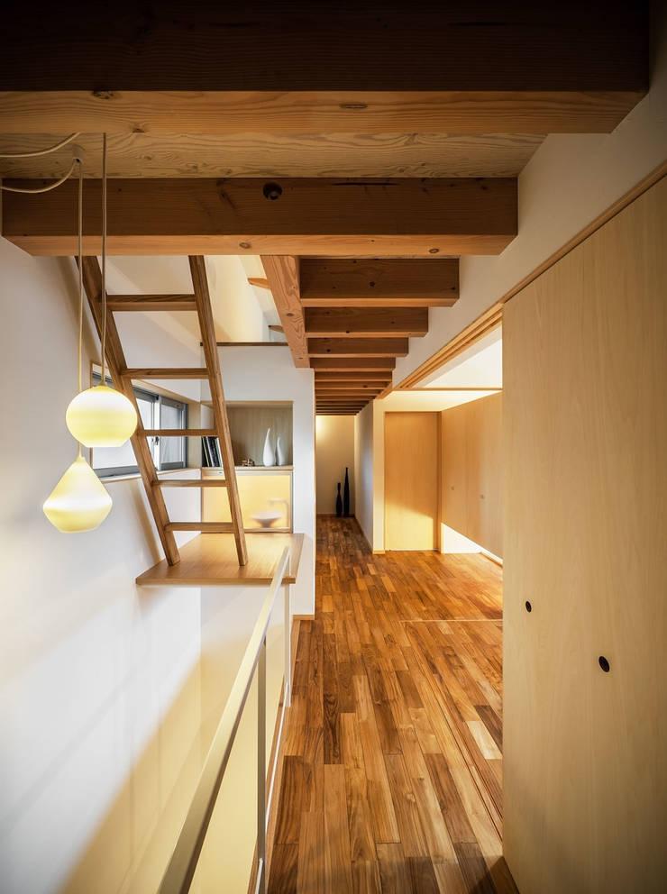 Sa HAUS 2階廊下: 青木伸江建築研究所が手掛けた廊下 & 玄関です。