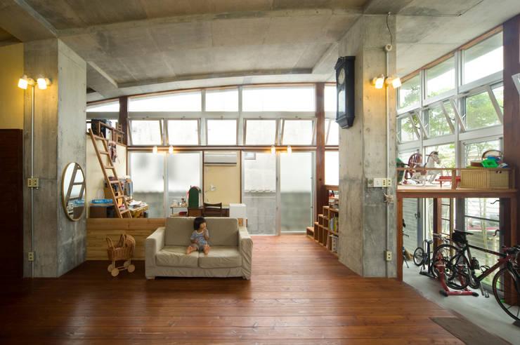 Salas multimedia de estilo  de Atelier Nero