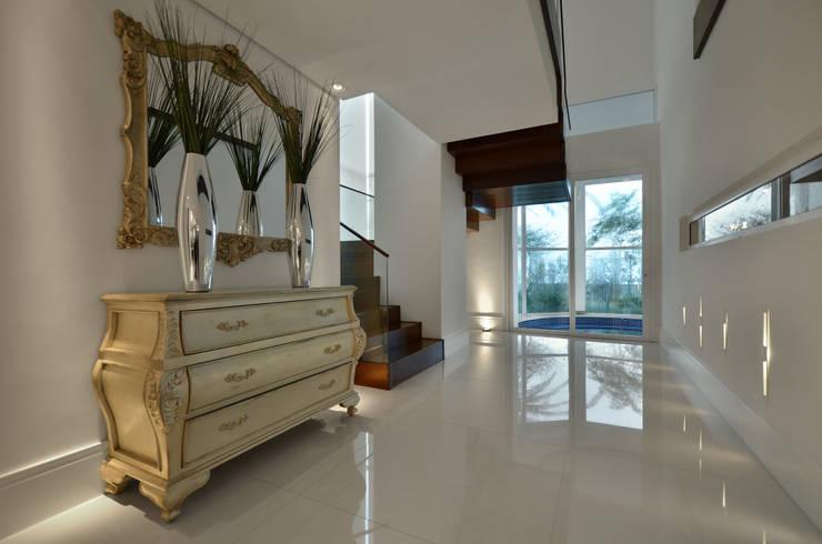 Casa Contemporânea: Corredores e halls de entrada  por Johnny Thomsen Design de Interiores