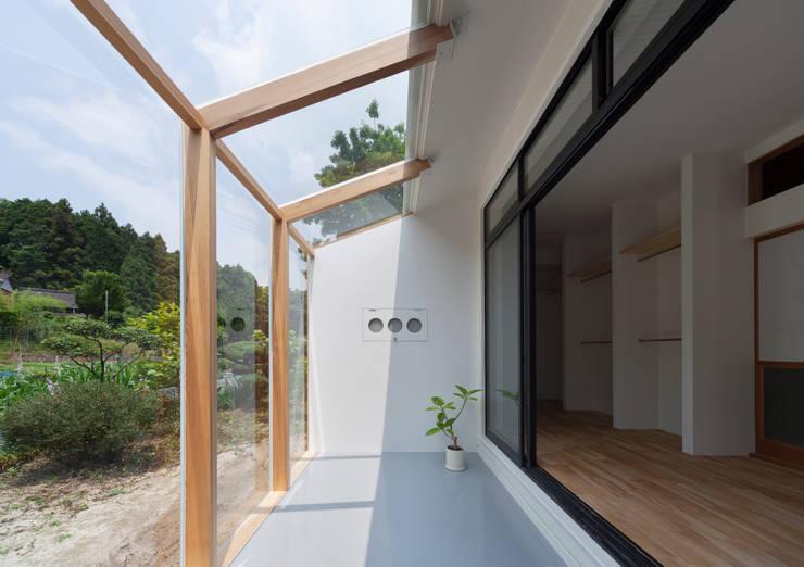 1階 サンルーム: 松本勇介建築設計事務所 / Office of Yuusuke MATSUMOTOが手掛けたです。,