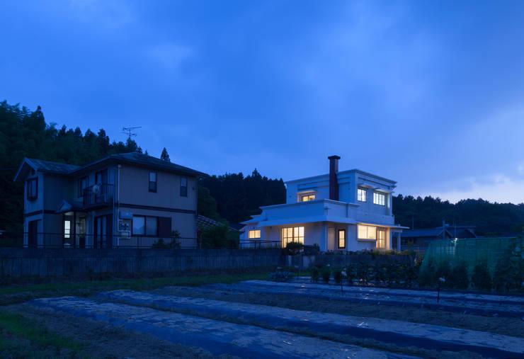 外観 夕景: 松本勇介建築設計事務所 / Office of Yuusuke MATSUMOTOが手掛けたです。,
