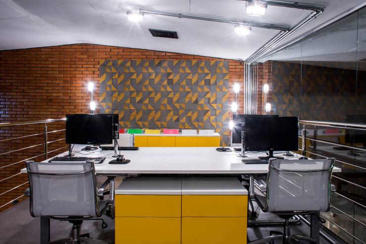 Sala de Redação: Escritórios  por Johnny Thomsen Design de Interiores