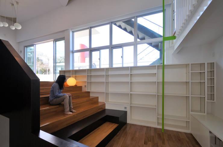 図書館階段のある家: アアキ前田 株式会社が手掛けた廊下 & 玄関です。