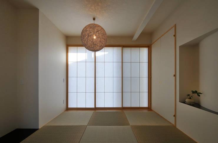 図書館階段のある家: アアキ前田 株式会社が手掛けた寝室です。