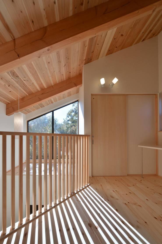 2階ホール: 若山建築設計事務所が手掛けた廊下 & 玄関です。