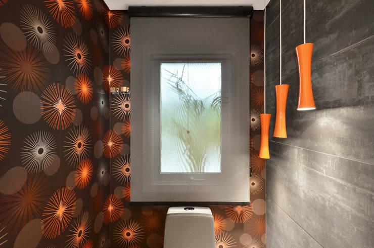 Casa Contemporânea: Banheiros  por Johnny Thomsen Design de Interiores