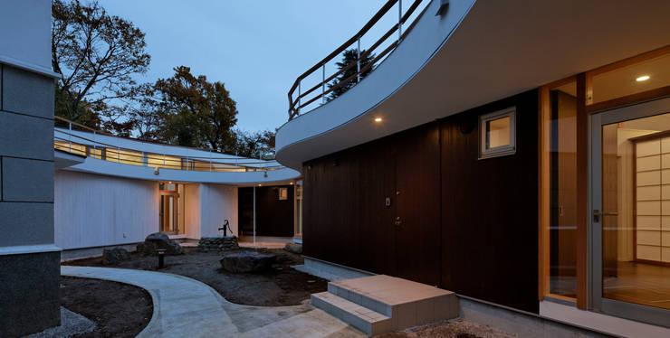 中庭: 清正崇建築設計スタジオが手掛けた家です。