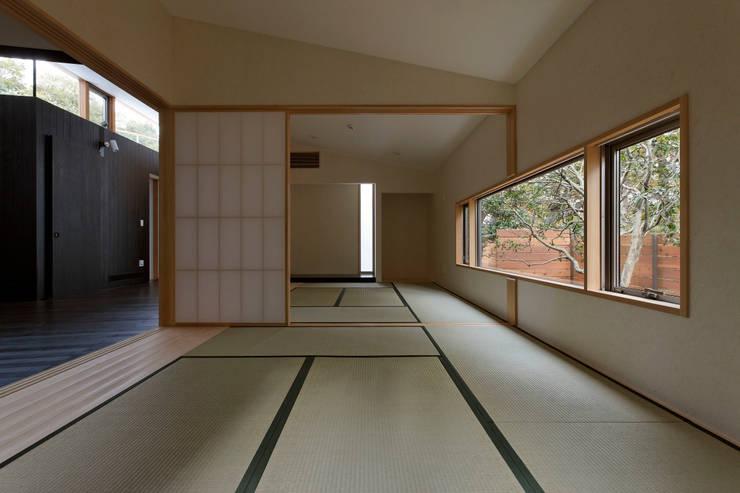 Salle multimédia de style  par 清正崇建築設計スタジオ
