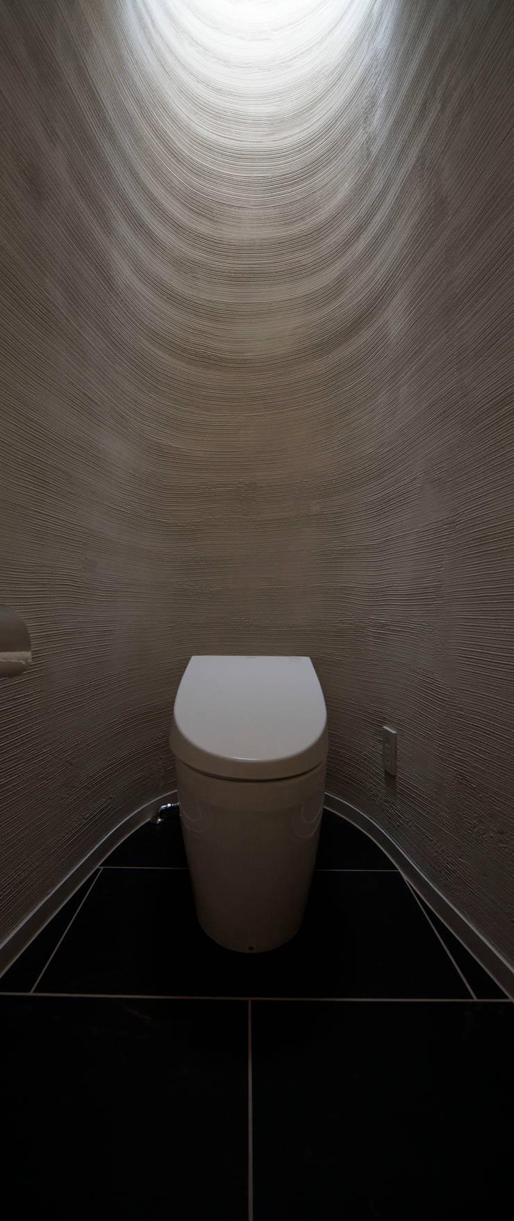 トイレ: 清正崇建築設計スタジオが手掛けた浴室です。