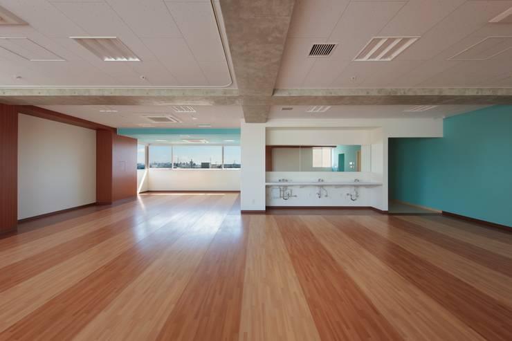 作業・訓練室: 清正崇建築設計スタジオが手掛けた医療機関です。