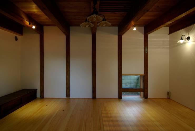 川柱の間の地窓: 兵藤善紀建築設計事務所が手掛けたです。