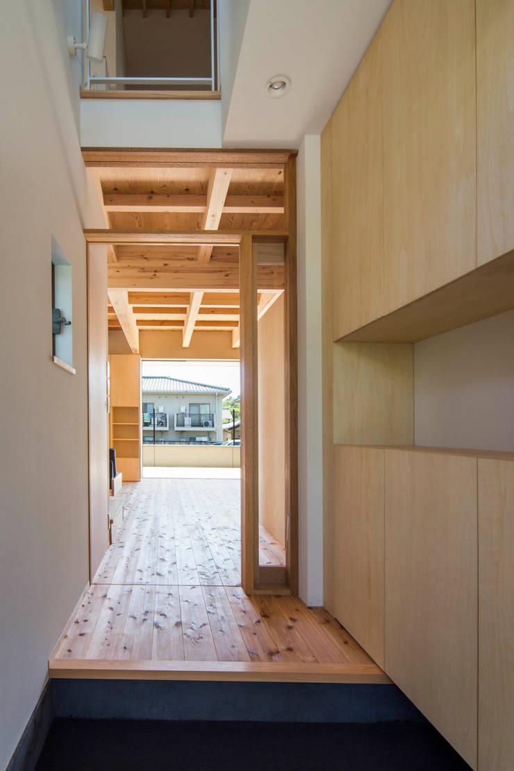 特別修景保存地域の中 10年後、20年後の時間を意識して・・・ 北欧テイストのインテリア:御室の住宅: イン・エクスデザイン / in-ex design.Co.,Ltd.が手掛けた廊下 & 玄関です。