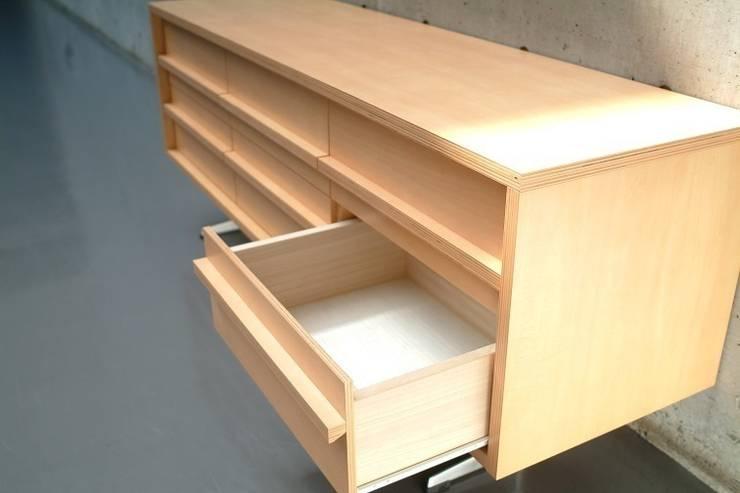 シンプル&モダンなサイドボードキャビネット: ヒロ・デザイン・ラボが手掛けたリビングルームです。