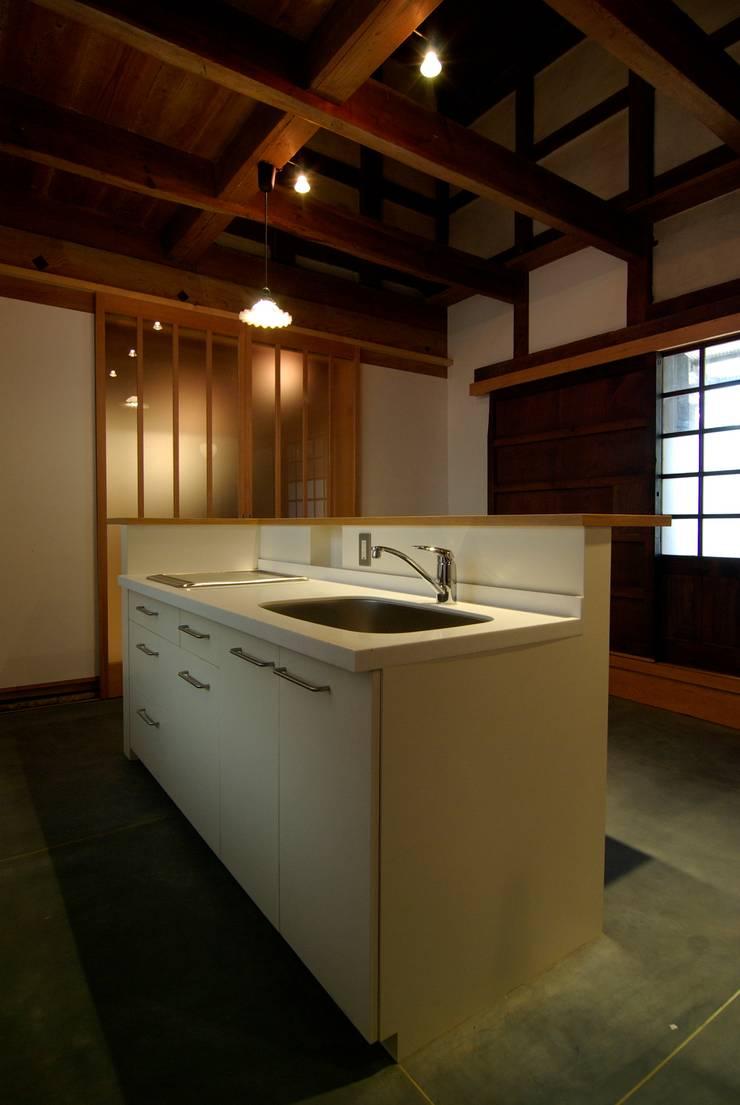 アイランド・キッチン: 兵藤善紀建築設計事務所が手掛けたです。
