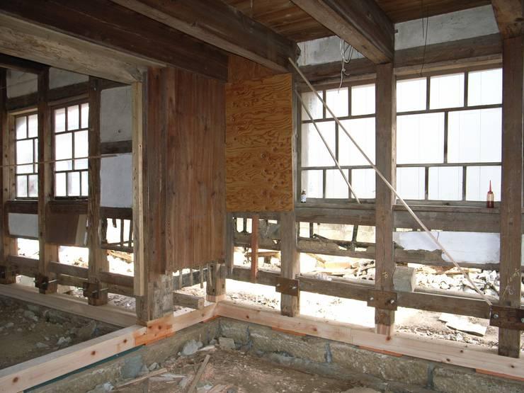 工事中の様子/土台の交換: 兵藤善紀建築設計事務所が手掛けたです。