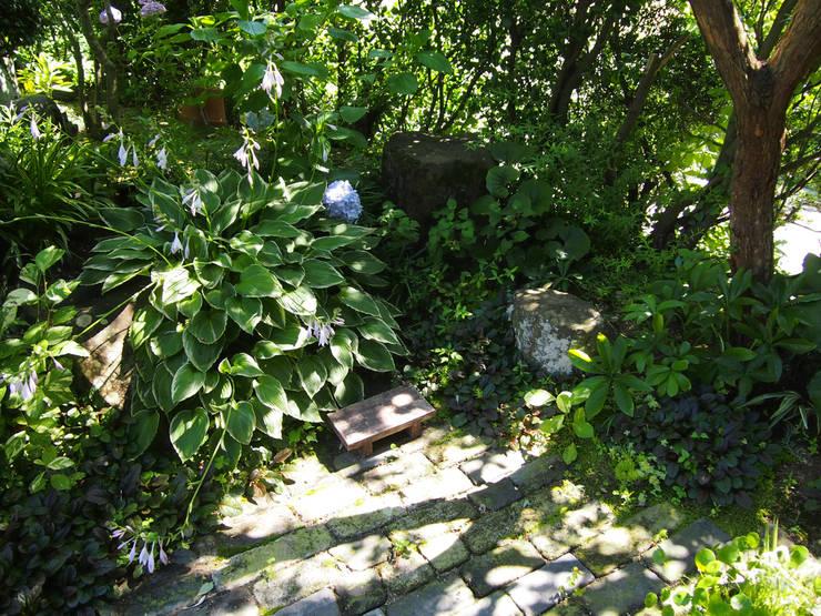木陰の小さな庭: ヒグラシ園藝店が手掛けたです。