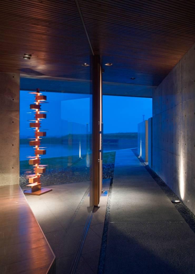 wada house: 髙岡建築研究室が手掛けた廊下 & 玄関です。