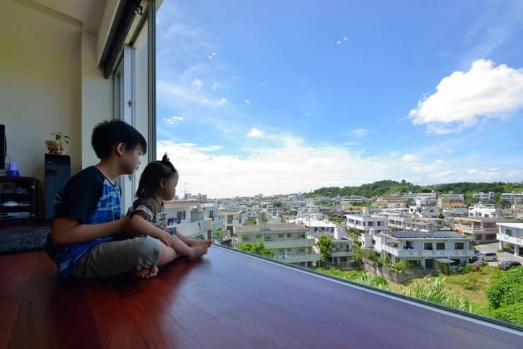 風を生み、空に近づく家: アアキ前田 株式会社が手掛けたリビングです。
