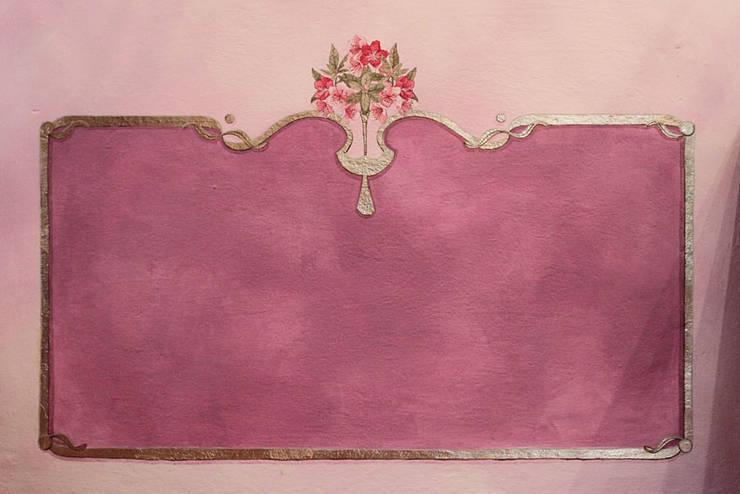 Azalee: Soggiorno in stile in stile Classico di Elena Milani Arti visive e Design