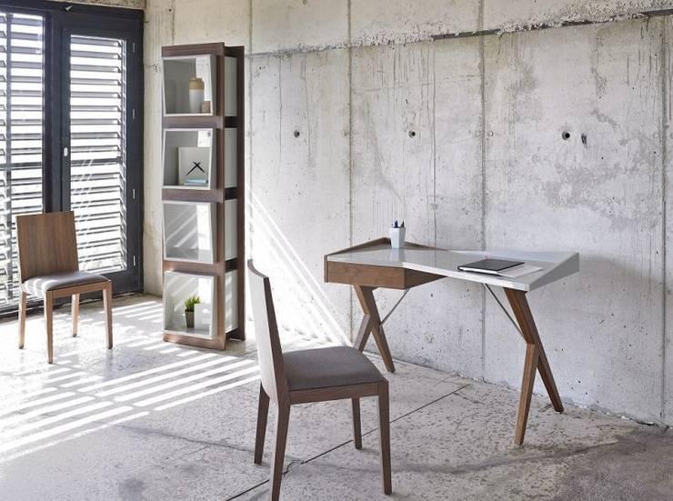 Mesa estudio en nogal y lacado: Estudio de estilo  de Avant Haus