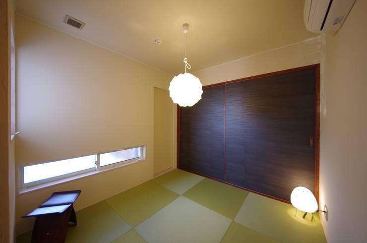 Salas de entretenimiento de estilo  por 徳永建築事務所, Ecléctico