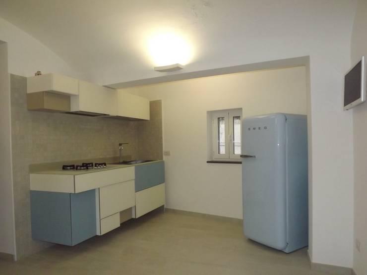 L'interno dello spazio destinato alla cucina: Cucina in stile in stile Moderno di christiandeiuliis.it