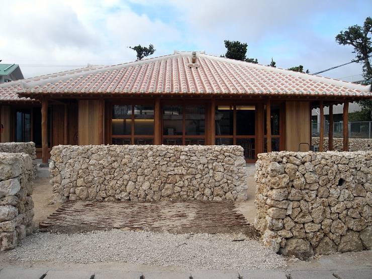 石垣島の古民家新築: シンクロアーキテクツ一級建築士事務所が手掛けたレストランです。