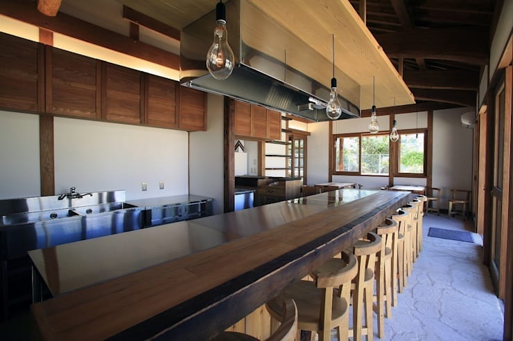 カウンターから客席を見る アジア風レストラン の シンクロアーキテクツ一級建築士事務所 和風