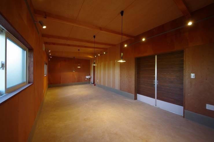 Garajes y galpones de estilo  por 徳永建築事務所, Ecléctico