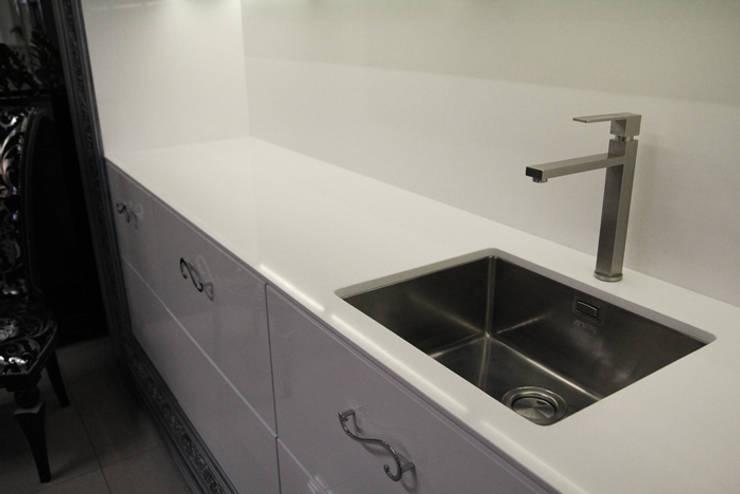 Vega - biały konglomerat kwarcowy na blat kuchenny : styl , w kategorii Kuchnia zaprojektowany przez GRANMAR Borowa Góra - granit, marmur, konglomerat kwarcowy