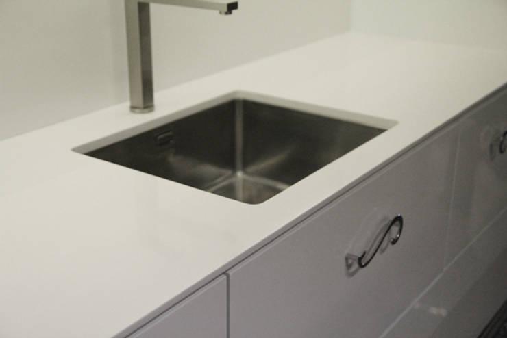 Blat kuchenny z konglomeratu Vega: styl , w kategorii Kuchnia zaprojektowany przez GRANMAR Borowa Góra - granit, marmur, konglomerat kwarcowy