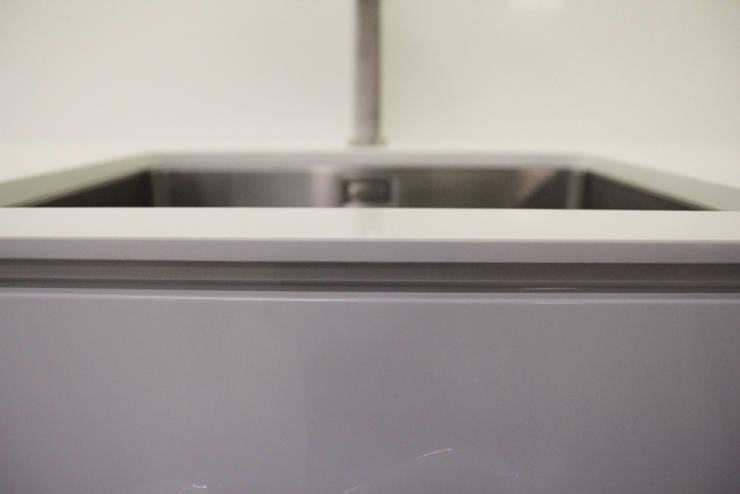 Blat pocieniony do 8mm z konglomeratu kwarcowego Vega : styl , w kategorii Kuchnia zaprojektowany przez GRANMAR Borowa Góra - granit, marmur, konglomerat kwarcowy
