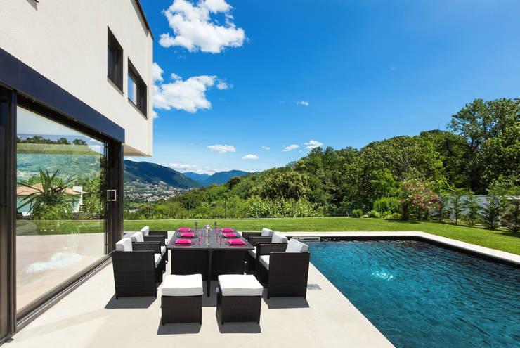 Tavolo in rattan sintetico Abe: Balcone, Veranda & Terrazzo in stile  di LuxuryGarden.it