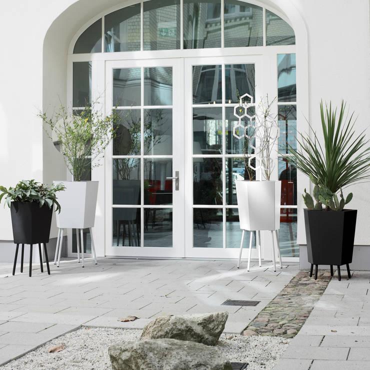 Remise sur pieds: Balcon, Veranda & Terrasse de style de style Moderne par Mon Entrée Design.com