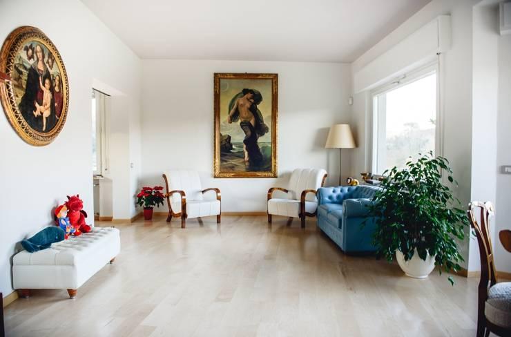 Luce naturale in soggiorno: Soggiorno in stile  di Studio Prospettiva