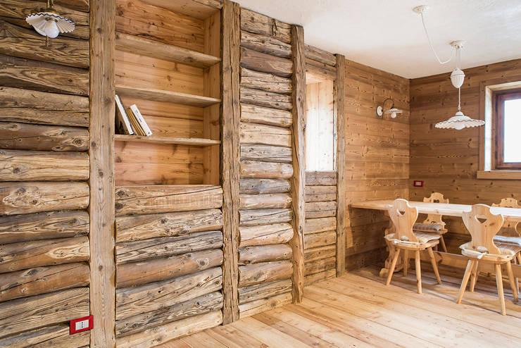 Chalet: Sala da pranzo in stile in stile Rustico di RI-NOVO