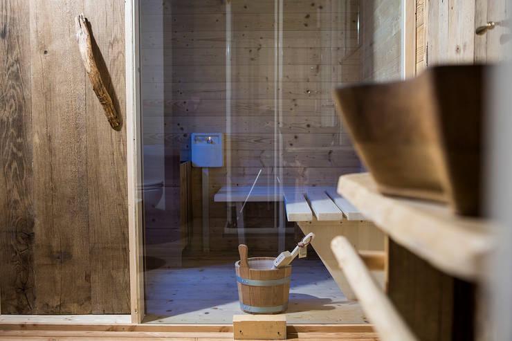 Chalet: Spa in stile in stile Rustico di RI-NOVO