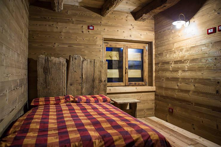 Chalet: Camera da letto in stile in stile Rustico di RI-NOVO