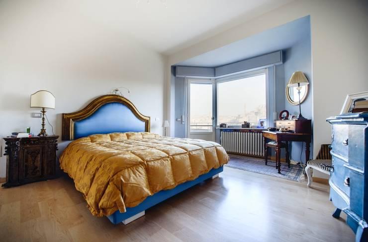 Luce naturale in camera da letto: Camera da letto in stile  di Studio Prospettiva