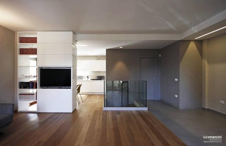 Casa in bifamiliare: Soggiorno in stile  di Luca Mancini | Architetto